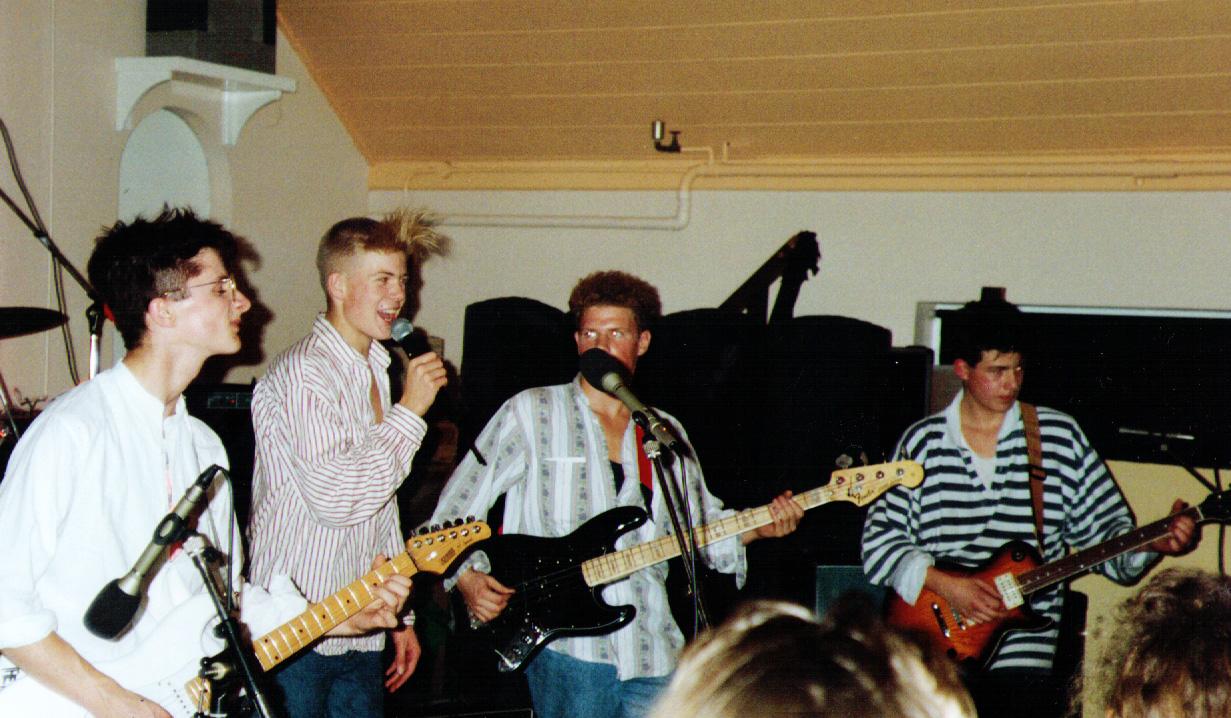Scott, in mid song - Paracetamols gig at Felixstowe
