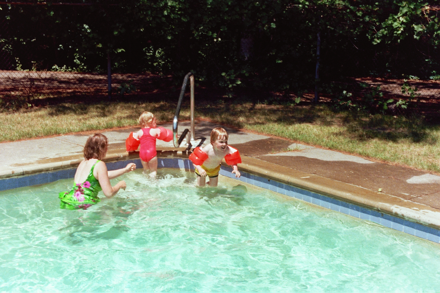 Lori, Amy, Russel & Matt Shearer in the pool at Huntinton Hills, Rochester, NY, USA